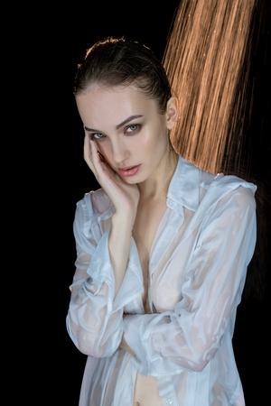 Jolie brune portant une vue de chemise dans la douche