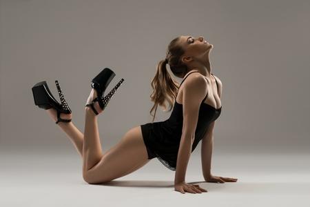 Chica sexy en ropa interior y tacones en el suelo