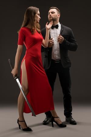 Tiro de hermosa pareja elegantemente vestida