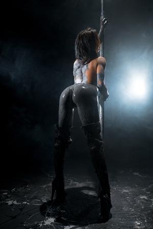 Junge verführerische Frau mit Schlamm beschmiert und tanzt Striptease Standard-Bild