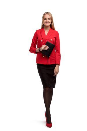 Jeune femme d'affaires en costume rouge vue isolée