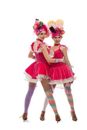 Junge Kabarett-Tänzerinnen, die in die Kamera schauen