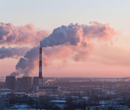 Hermoso paisaje industrial durante el amanecer Foto de archivo