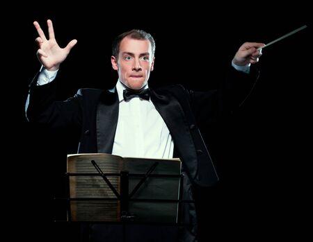 Shot van dirigent die met inspiratie dirigeert