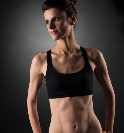 Sport. Foto einer hübschen Frau mit trainierten Bauchmuskeln