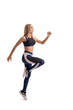 Schönes Fitness-Modell, das isolierte Aufnahme trainiert