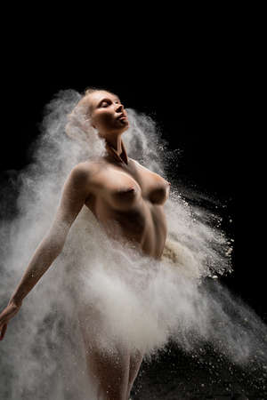 Fit topless female in cloud of dust Banque d'images - 150950515