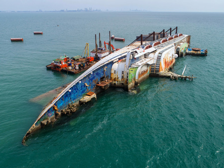 Boat crashes in the sea, cruise ship ,accident ,Shipwreck,top view ,aerial view 免版税图像
