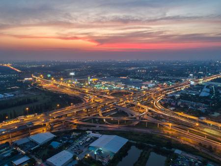 Vue aérienne, rond-point de route, autoroute avec beaucoup de voitures dans la ville en Thaïlande. belle rue, centre ville, paysage urbain, vue de dessus. Contexte