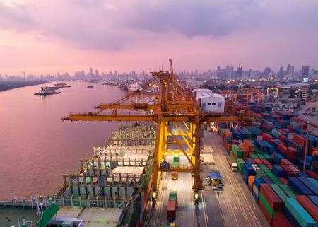 Vue aérienne d'un port de commerce avec porte-conteneurs en import export et logistique d'entreprise.