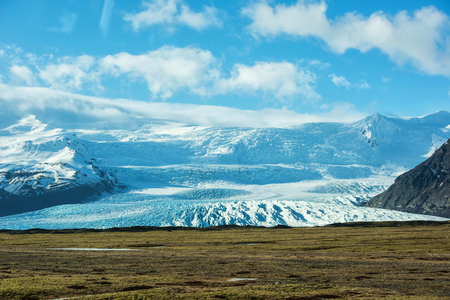 Beautiful glaciers flow through the mountains in Iceland. 版權商用圖片