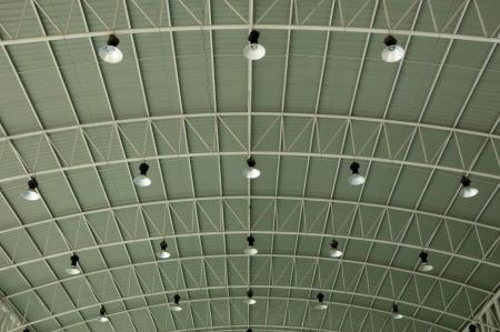 les rangées de lampes bordent le plafond