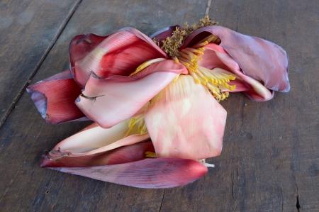 uitpakken: de banaan bloesem uitpakken op houten vloer
