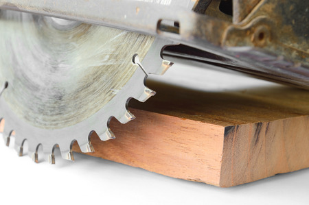 circular saw: close up van cirkelzaag en plank Stockfoto