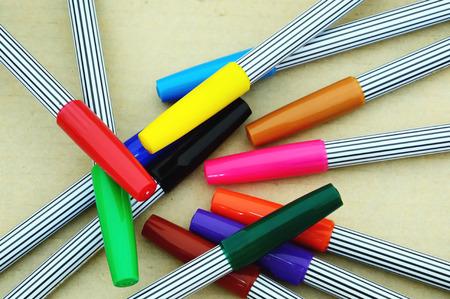 fondo cafe: muchas plumas m�gicas de colores sobre fondo marr�n