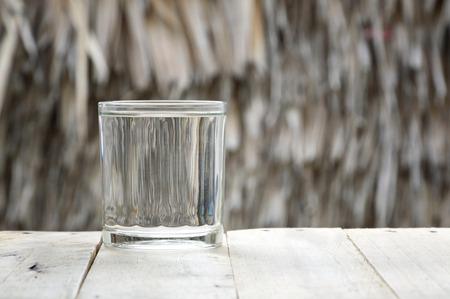 agua purificada: vaso de agua purificada en mesa de madera Foto de archivo