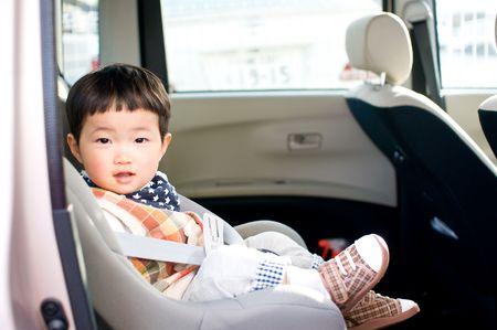 carritos de juguete: Ni�o en coche  Foto de archivo