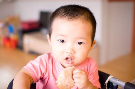 パンを食べる子