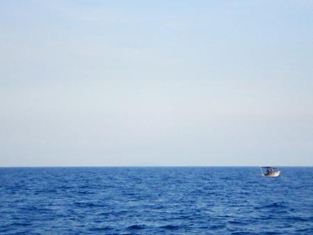 lejos: el cielo y el mar con el barco lejos