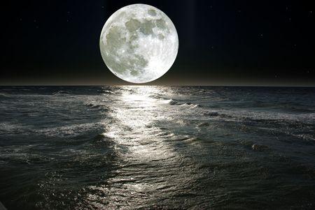 noche estrellada: luna y su reflejo en el agua Foto de archivo