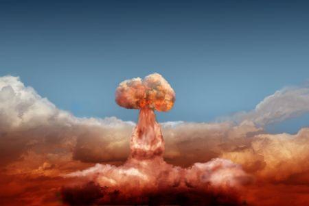 bomba atomica: explosi�n de la bomba at�mica sobre fondo de cielo  Foto de archivo