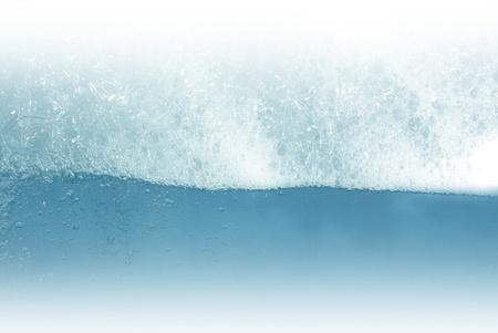 �ber Wasser: Schaum flott auf wei�em Hintergrund