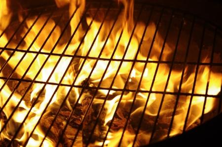 barbecue: le fragment de grille dans la nuit des flammes