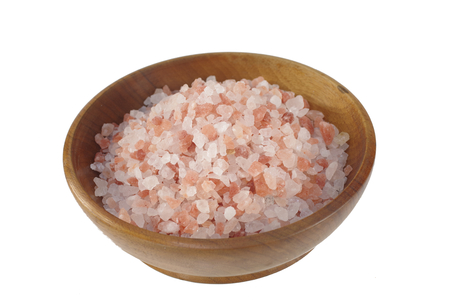 himalayan salt  in wooden dish on white background 免版税图像 - 112528003
