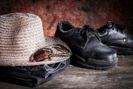 calzado de seguridad: zapatos de seguridad y gafas negras y el odio viejo piso de madera, la naturaleza muerta