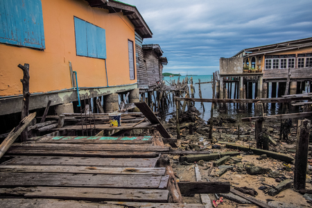 木造住宅海で古い台無し