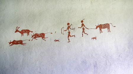 Painting on the wall inside the cave. Primitive Imagens