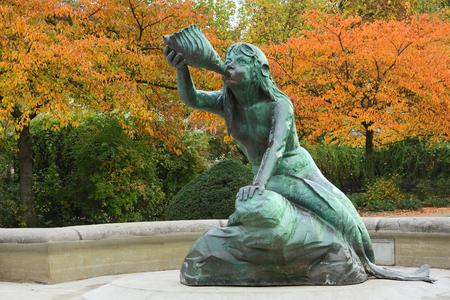Nereid-beeldhouwwerk maakt deel uit de fontein van Stuhlmann in het district Altona van Hamburg. Stockfoto