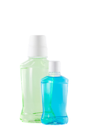 mouthwash: botellas de enjuague bucal en el fondo blanco