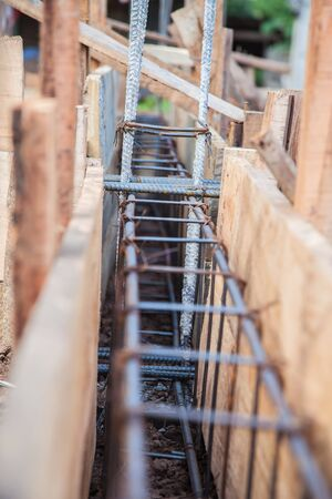 Construction steel tiewith wireConcrete beam