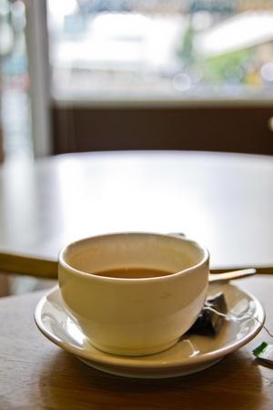 tarde de cafe: Una taza de caf� por la tarde en el d�a de lluvia. Foto de archivo