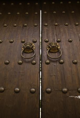 puertas de madera: La Puerta de los Leones se muestra en esta imagen representa a la empresa, la bienvenida, el poder y el protocolo tradicional de la arquitectura. Foto de archivo