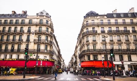 whose: PARIS - 08 de octubre: La intersecci�n del Boulevard Haussmann en el 8 de octubre de 2012 en Par�s. El bulevar Haussmann est� llena de bloques de apartamentos, cuyos regulado altura de cornisa ofrece una l�nea de visi�n agradable al Boulevard.
