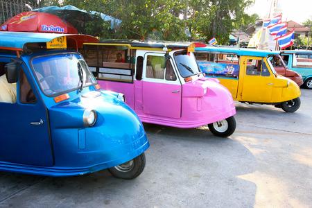 motorizado: Motorizado 3-Wheeler llamar Tuk Tuk: Transporte en la antigua ciudad de Ayutthaya, Tailandia Editorial