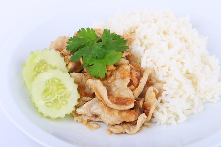 plato del buen comer: Plato favorita tailandesa, carne de cerdo en rodajas frito con ajo con arroz y pepino en Bangkok, Tailandia