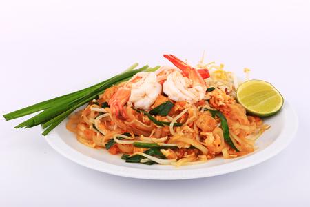 platanos fritos: Fideos fritos estilo tailandés con gambas, revuelva freír los fideos con camarones en estilo padthai en la mesa. Vista frontal aislar blanco, fondo marrón