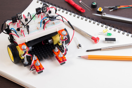 STEM lub DIY Kit Elektroniczny, Linia śledzenia pomysłów konkurencji robota. zbliżenie.
