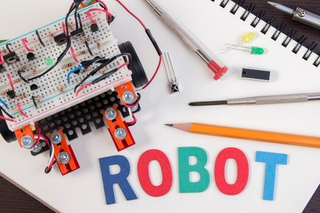 STEM o carpeta electrónica de bricolaje, Línea seguimiento de las ideas de competencia robot. de cerca.
