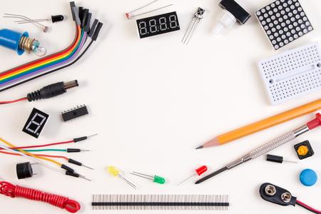 茎の教育または DIY の電子キット、ロボットはセンサーとツールの様々 なマイクロ コント ローラー ベースで行われます。クローズ アップ。