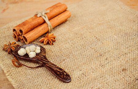 condimento asiático a base de hierbas para la alimentación y la medicina. Especias para cocinar con lino marrón Foto de archivo