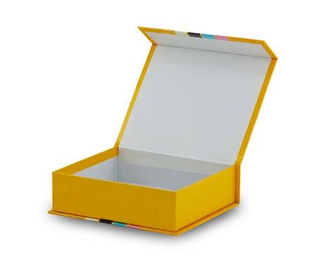 Ouvrez la boîte sur fond blanc