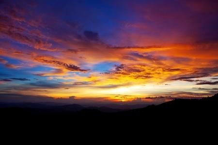 coucher de soleil: coucher de soleil dans les montagnes Banque d'images