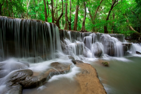 cascades: Diepe woud waterval in Thailand