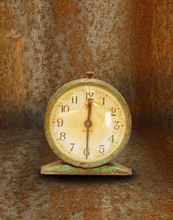 reloj antiguo: reloj de época antigua en la pared de edad