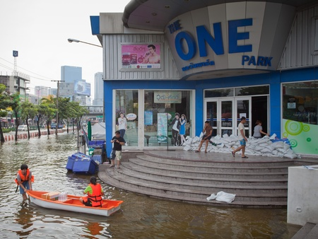 BANGKOK, THAILAND - NOVEMBER 5, 2011: People uses boat as a transportation through water during the worst flooding in decades on November 5,2011 Bangkok, Thailand. Stock Photo - 11116802