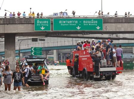 BANGKOK, THAILAND - NOVEMBER 5, 2011 : Thai flood hits Central of Thailand, higher water levels expected, cars navigating through the flood on November 5,2011 Bangkok, Thailand. Stock Photo - 11116807